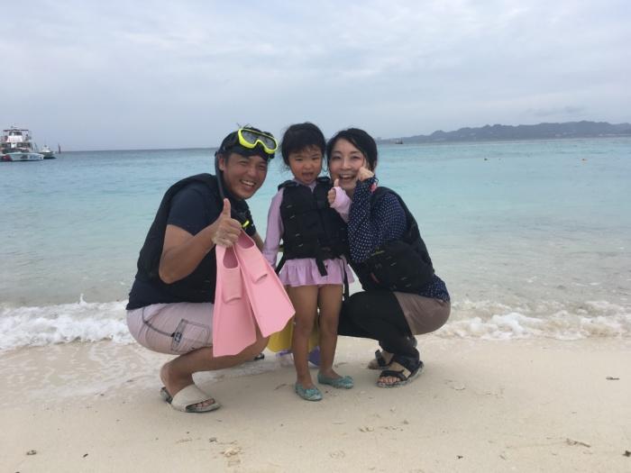 波打ち際の家族写真