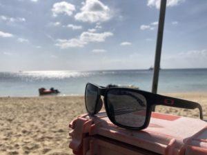 海辺に映えるサングラス